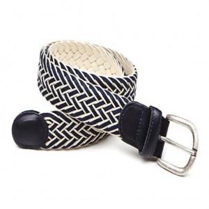 Apretándome el cinturón.